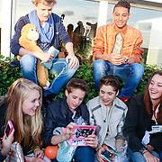 NLD/Loosdrecht/20130603 - Presentatie single jongensgroep Mainstreet voor Verschrikkelijke Ikke 2 , Daan Zwerink, Owen Playfair, Nils Kaller, Rein van Duivenboden met de fans