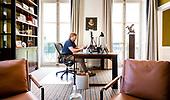 Koning belt tijdens coronacrisis vanuit zijn kantoor