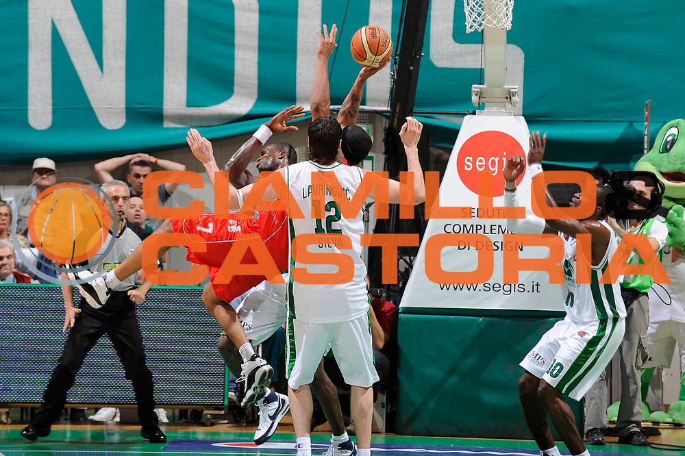 DESCRIZIONE : Siena Lega A 2008-09 Playoff Finale Gara 2 Montepaschi Siena Armani Jeans Milano<br /> GIOCATORE : Mike Hall<br /> SQUADRA : Armani Jeans Milano <br /> EVENTO : Campionato Lega A 2008-2009 <br /> GARA : Montepaschi Siena Armani Jeans Milano<br /> DATA : 12/06/2009<br /> CATEGORIA : equilibrio<br /> SPORT : Pallacanestro <br /> AUTORE : Agenzia Ciamillo-Castoria/G.Ciamillo
