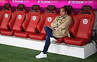 Fussball  1. Bundesliga  Saison 2018/2019  5. Spieltag  FC Bayern Muenchen - FC Augsburg       25.08.2018 Trainer Manuel Baum (FC Augsburg) auf der Bank in der Allianz Arena ----DFL regulations prohibit any use of photographs as image sequences and/or quasi-video.----