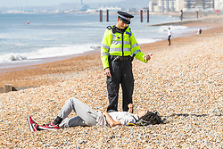 © Licensed to London News Pictures.07/04/2020. Brighton, UK. Police officers in Brighton and Hove advising members of the public that sunbathing is against the law due to the coronavirus lockdown.  Photo credit: Hugo Michiels/LNP