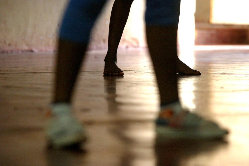 Rio Acima_MG, Brasil...Detalhe dos pes de adolescentes fazendo Street Dance do Projeto Fred em Rio Acima...Detail of teenagers foots doing Street Dance in the Fred project in Rio Acima...FOTO: LEO DRUMOND / NITRO.