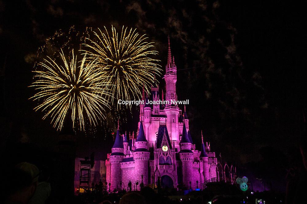 20151116 Orlando Florida USA <br /> Magic Kingdom Disneyworld<br /> Askungens slott fyrverkeri<br /> <br /> <br /> FOTO : JOACHIM NYWALL KOD 0708840825_1<br /> COPYRIGHT JOACHIM NYWALL<br /> <br /> ***BETALBILD***<br /> Redovisas till <br /> NYWALL MEDIA AB<br /> Strandgatan 30<br /> 461 31 Trollh&auml;ttan<br /> Prislista enl BLF , om inget annat avtalas.
