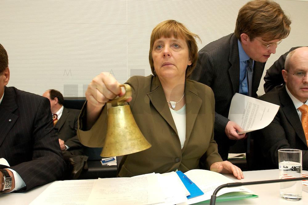27 APR 2004, BERLIN/GERMANY:<br /> Angela Merkel, CDU Bundesvorsitzende, laeutet die Glocke zum Beginn der CDU/CSU Fraktionssitzung, Deutscher Bundestag<br /> IMAGE: 20040427-03-014<br /> KEYWORDS: Sitzung