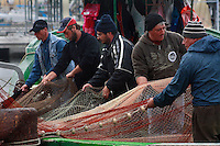 Taranto, rientro dei pescherecci dopo una dura giornata di lavoro e sistemazione delle reti.