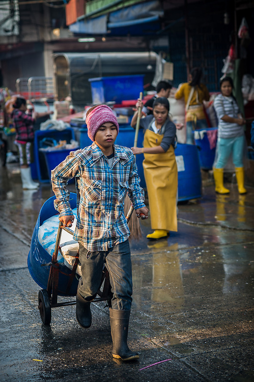 A worker delivers the goods at the Khlong Toei Market, Bangkok, Thailand, Jan 23, 2014. PHOTO BY LEE CRAKER