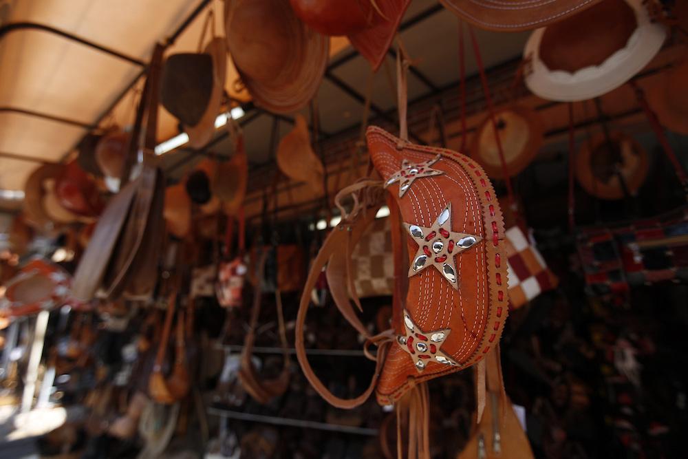 Caruaru_PE, Brasil.<br /> <br /> Artesanato a venda na tradicional Feira de Caruaru, Pernambuco.<br /> <br /> Crafts in traditional Caruaru fair, Pernambuco.<br /> <br /> Foto: LEO DRUMOND / NITRO