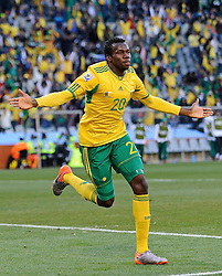 22-06-2010 VOETBAL: FIFA WORLDCUP 2010 FRANKRIJK - ZUID AFRIKA: JOHANNESBURG <br /> Bongani Khumalo of South Africa celebrates scoring the 1st goal<br /> ©2010-FRH- NPH/ Marc Atkins (Netherlands only)