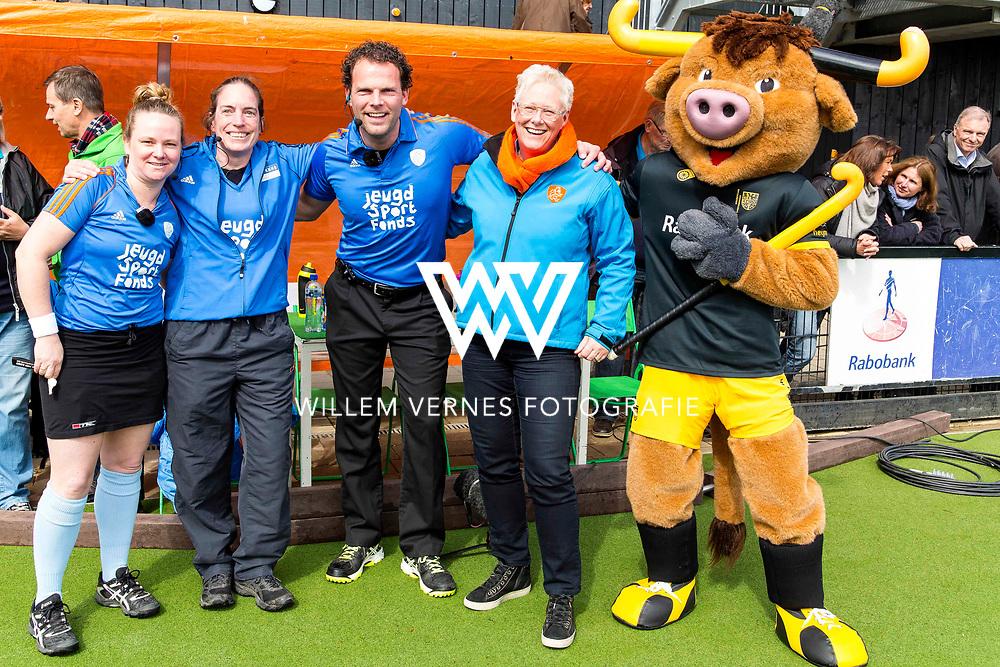 Eindhoven - OZ - HGC Heren, Hoofdklasse Hockey Heren, Seizoen 2015-2016, 30-04-2016, OZ - HGC, de scheidsrechters poseren met mascotte.