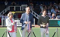 AMSTELVEEN -  KNHB voorzitter Eric Cornelissen, Stephan Veen en  Madeleine Bakker met de medailles,   na de beslissende finalewedstrijd om het Nederlands kampioenschap hockey tussen de mannen van Amsterdam en Oranje Zwart (2-3).  COPYRIGHT KOEN SUYK