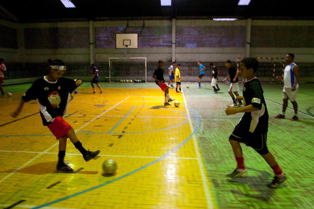Belo Horizonte_MG, Brasil...Jovens do projeto Fica Vivo jogando futebol...The Young of Fica Vivo project playing football...Foto: LEO DRUMOND / NITRO