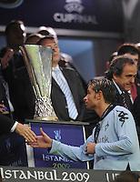 FUSSBALL     UEFA CUP  FINALE  SAISON 2008/2009 Shakhtar Donetsk - SV Werder Bremen 20.05.2009 Tim Wiese (Bremen) geht bei der Siegerehrung enttaeuscht am UEFA Pokal vorbei; Michel Platini (Praesident UEFA rechts)
