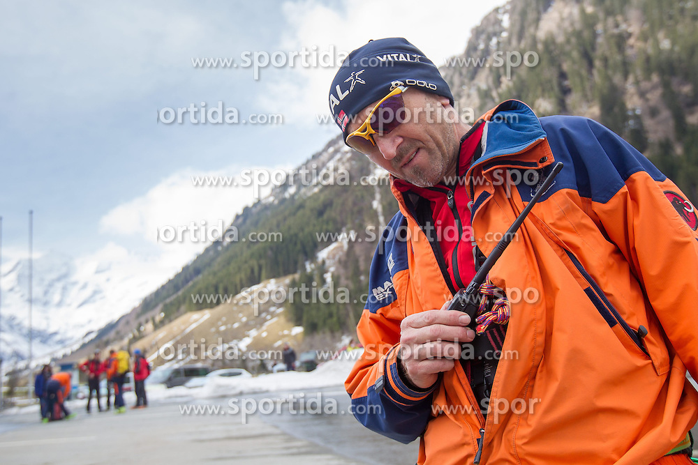 12.04.2015, Mautstelle Fusch, Fusch an der Glocknerstrasse, AUT, Alpinunfall, Skitourengeher in Gletscherspalte am Wiesbachhorn. Die Bergung der am Samstag in eine Gletscherspalte abgestürzten Skitourengeher auf dem Großen Wiesbachhorn bei Fusch (Pinzgau) ist Sonntagfrüh gelungen. Retter nutzten eine Wetterbesserung, flogen zur Unfallstelle und brachten die Verunglückten ins Tal. Hier im Bild Bergrettungs Einsatzleiter Paul Hasenauer. EXPA Pictures © 2015, PhotoCredit: EXPA/ JFK
