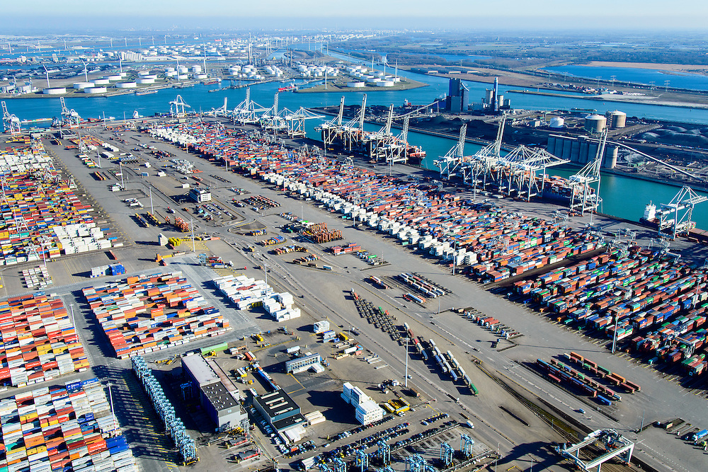 Nederland, Zuid-Holland, Rotterdam, 18-02-2015; Eerste Maasvlakte, Coloradoweg en Amazonehaven. ECT Delta Terminal, Europe Container Terminals. Links APM Terminals. <br /> Europees Massagoed Overslagbedrijf (EMO) en raffinaderij BP in de achtergrond<br /> luchtfoto (toeslag op standard tarieven);<br /> aerial photo (additional fee required);<br /> copyright foto/photo Siebe Swart