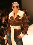28-01-2006 MODESHOW MART VISSER:AMSTERDAM Op de foto Renate verbaan als mannequin.