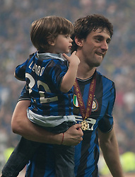22.05.2010, Estadio Santiago Bernabeu, Madrid, ESP, UEFA Champions League Finale 2010, Bayern Muenchen vs Inter Mailand, Finale, im Bild Milan's forward Diego Milito with his son celebrate winning the  Champions League final contested. EXPA Pictures © 2010, PhotoCredit: EXPA/ Mitchell Gunn