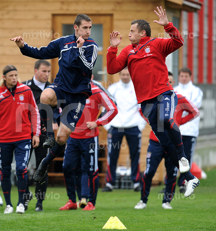 Fussball 1. Bundesliga:  Saison   2009/2010    Training beim FC Bayern Muenchen 14.04.2010 Miroslav Klose li. und Ivica Olic (re., FCB)