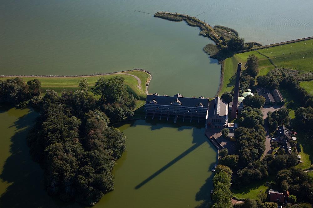 Nederland, Friesland, Gemeente Lemsterland, 08-09-2009; Lemmer, ir. D.F. Woudagemaal. Het stoomgemaal staat op de Unesco Werelderfgoedlijst en is het  grootste nog in bedrijf zijnde stoomgemaal ter wereld. Bij extreem hoge waterstand doet het gemaal nog dienst en helpt om de waterstand van het Friese boezemwater op peil te houden. Sinds 1967 is het gemaal oliegestookt. .Lemmer, ir D.F. Woudagemaal. The steam pumping station features on the UNESCO World Heritage List and is the largest pumping station still in operation worldwide. At extreme high water, the  station is still in service and helps to maintain the proper water level of the Friesian boezemwater. Since 1967, the pumping station is oil fired. .Luchtfoto (toeslag); aerial photo (additional fee required); .foto Siebe Swart / photo Siebe Swart