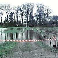hoog water vecht bedreigt de zomerhuizen aan de zwolse weg..foto frank uijlenbroek@1995