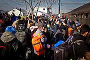 Discesa dal treno nel campo di transito per migranti a Tabanovce, Macedonia   After the arrival of the train migrants flock to the transit camp Tabanovce, Macedonia