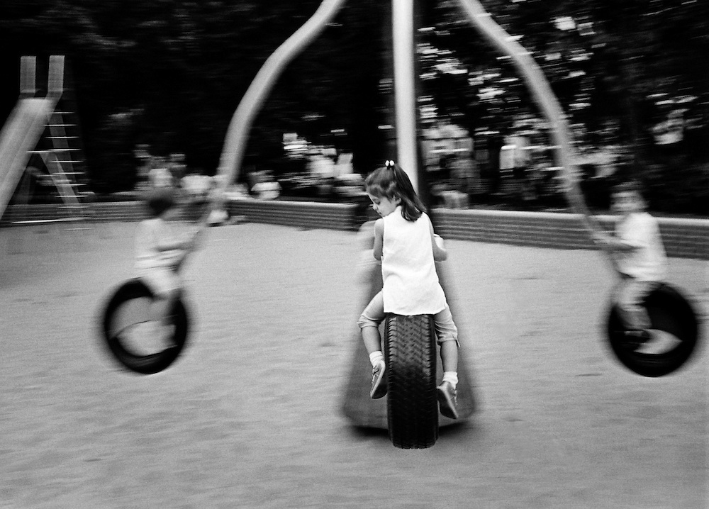 DEU Deutschland Germany Berlin Kinder auf einem Spielplatz in Kreuzberg.