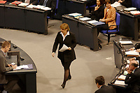 """19 DEC 2002, BERLIN/GERMANY:<br /> Angela Merkel, CDU Bundesvorsitzende und CDU/CSU Fraktionsvorsitzende, auf dem Weg zum Rednerpult, Debatte zur Regierungserklaerung des BK """"Ergebnisses des Europaeischen Rates"""", Plenum, Deutscher Bundestag<br /> IMAGE: 20021219-01-017<br /> KEYWORDS: Sitzung"""