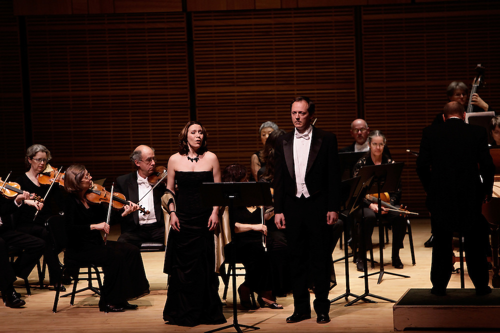 Soprano Carolyn Sampson (L) and Countertenor Robin Blaze perform with the Philharmonia Baroque Orchestra conducted by Nicholas McGegan play at Carnegie Hall on April 30, 2009 in New York city. photo by Joe Kohen for The New York Times