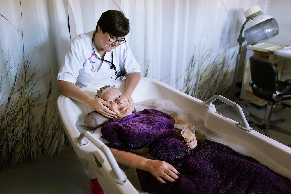 BODØ 2015-10-07: Sykehjemsleder Elsa Kommedahl ved Mørkved sykehjem satser for fullt på faglig påfyll og sterk involvering av ansatte i alle avgjørelser. Hun har gjort sykefraværsarbeid til nærværsarbeid. Det gir resultater. FOTO:WERNERJUVIK