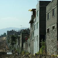 Naucalpan, Méx.- Al menos 100 casas particulares de la colonia Izcalli Chamapa quedaron al filo de un voladero y quedaron con daños estructurales como fracturas, luego de que la fraccionadora Bosque Real se adjudicara una franja donde se encontraban las traspatios, drenajes y árboles frutales, siendo destruidos por maquinaria pesada con el resguardo de granaderos de la policía estatal. Agencia MVT / Jose Israel Nuñez. (DIGITAL)<br /> <br /> <br /> <br /> <br /> <br /> <br /> <br /> NO ARCHIVAR - NO ARCHIVE