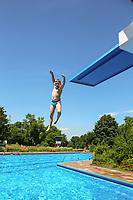 Mannheim. 06.07.17 | Parkschwimmbad Rheinau.<br /> Rheinau. Parkschwimmbad. Freibad.<br /> Der Donnerstag startet in der Metropolregion mit viel Sonne. Im Laufe des Tages k&ouml;nnen sich aber hochreichende Quellwolken bilden. Nachmittags kann es gebietsweise zu Gewittern kommen. Die Tagesh&ouml;chstwerte erreichen sommerlich hei&szlig;e 34 Grad.<br /> Meteorologen warnen vor sehr hohen UV-Werten am Donnerstag in Baden-W&uuml;rttemberg. Wer drau&szlig;en arbeitet, sollte trotz hoher Temperaturen lange &Auml;rmel und Hosen tragen, empfiehlt der Deutsche Wetterdienst (DWD) mit. Mit steigenden UV-Werten steige das Hautkrebsrisiko.<br /> <br /> - Leon springt vom Dreier<br /> BILD- ID 0668 |<br /> Bild: Markus Prosswitz 06JUL17 / masterpress (Bild ist honorarpflichtig - No Model Release!)