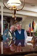 """Die Amerikanerin Hilvie lernte den<br /> deutschen Offizier Georg Fries beim Landgang<br /> in New York kennen und lieben. Dann<br /> hieß es für vier Jahre: FERNBEZIEHUNG.<br /> Hilvie: """"Georg hat mich oft aus zugigen<br /> Telefonzellen am Hafen angerufen."""""""