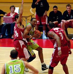 03-05-2007 BASKETBAL: AMSTERDAM ASTRONAUTS - MATRIXX MAGIXX: AMSTERDAM<br /> Amsterdam wint de vierde wedstrijd in de playoffs en zet de stand weer op 2-2 / Chris Carrawell en Tamien Trent<br /> ©2007-WWW.FOTOHOOGENDOORN.NL