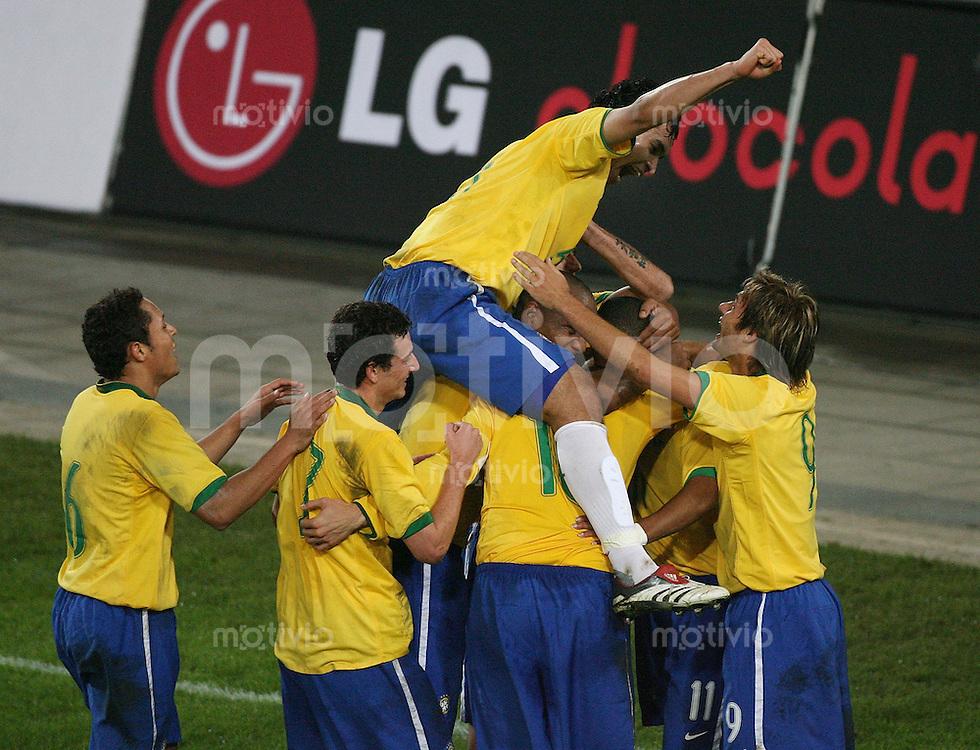 Fussball International Testspiel  Schweiz 1-2 Brasilien JUBEL Brasilien; nach dem Tor von Kaka zum 0-2; Dudu Carense (oben)