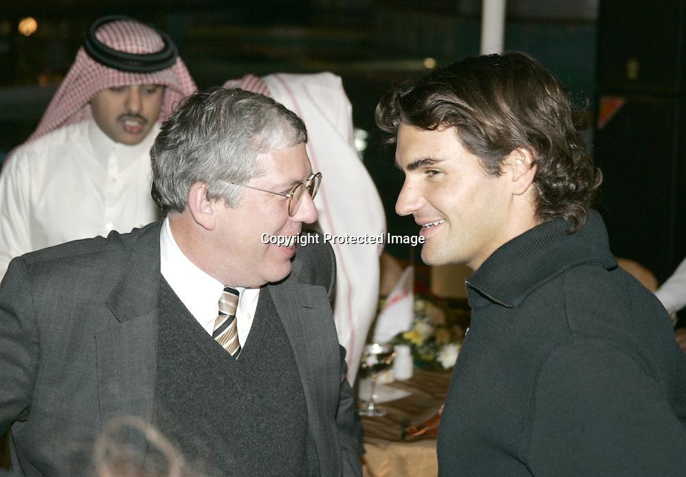 Qatar, Doha, ATP Tennis Turnier Qatar Open 2005, President and General Manager of Exxon Mobil<br /> Qatar Inc., Wayne Harms und Roger Federer (SUI), 06.01.2005,<br /> Foto: Juergen Hasenkopf