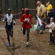 Sylvestercross 2004 Soest, Luke Kibet (1) en Hillary Chenonge (3)