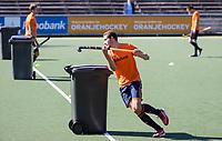 AMSTELVEEN -  Jonas de Geus   passeert een denkbeeldige verdediger, een kliko,   tijdens de training van het heren hockey team. Het Nederlands elftal heeft toestemming gekregen van het ministerie van VWS, het RIVM en NOC NSF om de groepstrainingen te hervatten tijdens de coronacrisis. Er mogen niet meer dan 6 veldspelers telgelijk op het veld.  COPYRIGHT KOEN SUYK