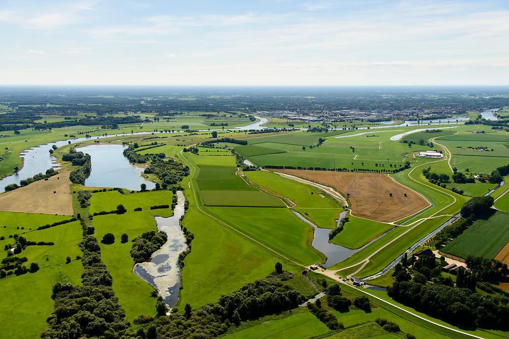 Nederland, Gelderland, Gemeente Voorst, 17-07-2017; De Voorster Klei, gezien naar het zuiden, Zutphen aan de verre horizon. In het kader van het programma Ruimte voor de Rivier heeft in het gebied een dijkverlegging plaats gevonden. In het zuiden (aan de horizon) is de rivierdijk verlaagd en bij hoog water kan het water via deze inlaat door de uiterwaard langs de nieuw aangelegde dijk (rechts) stromen. De dijk in de voorgrond is verlaagd en dient als uitstroom voor het extra water.<br /> NOOT: Zie ook opnames van de oorspronkelijke situatie.<br /> <br /> Voorster 'clay' seen to the south, Zutphen on the distant horizon. A new dike has been built, more inland straiten bottom right. The first part of the existing dike (left)is partially reduced in height, creating 'more space for the river'. .<br /> See also recordings of the original situation.<br /> luchtfoto (toeslag op standard tarieven);<br /> aerial photo (additional fee required);<br /> copyright foto/photo Siebe Swart