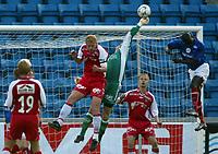 Fotball, Tippeligaen 16. juni 2003, Tippeligaen, Vålerenga-Bryne 3-0. Kenneth Høie, Bryne, får en hånd på ballen foran pa-Modou kah, Vålerenga