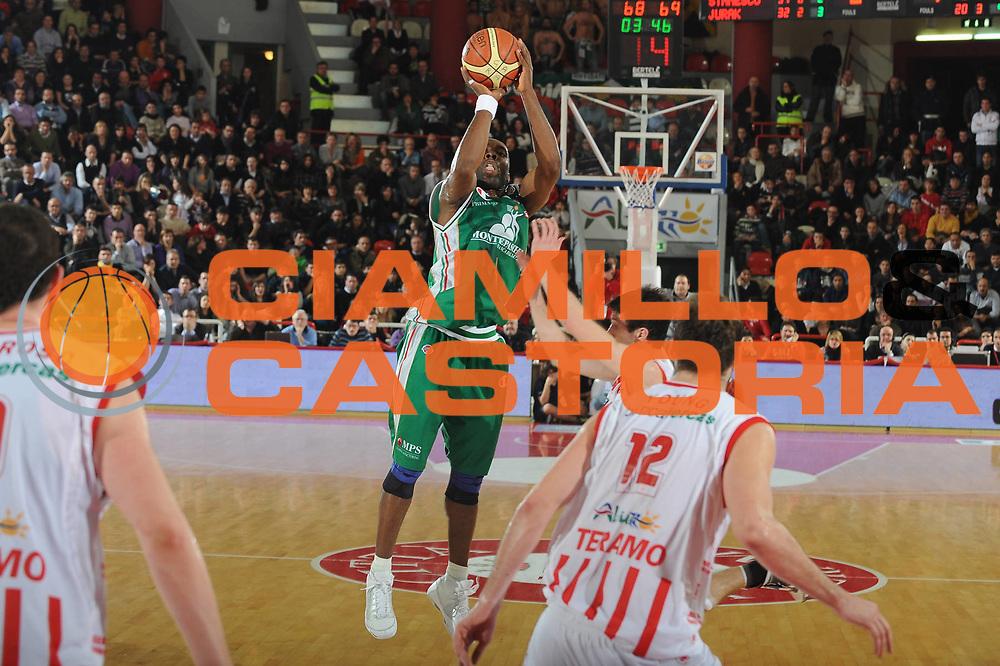 DESCRIZIONE : Teramo Lega A 2009-10 Bancatercas Teramo Montepaschi Siena<br /> GIOCATORE :  Henry Domercant<br /> SQUADRA : Montepaschi Siena<br /> EVENTO : Campionato Lega A 2009-2010 <br /> GARA : Bancatercas Teramo Montepaschi Siena<br /> DATA : 14/02/2010<br /> CATEGORIA : Tiro Three Point<br /> SPORT : Pallacanestro <br /> AUTORE : Agenzia Ciamillo-Castoria/GiulioCiamillo<br /> Galleria : Lega Basket A 2009-2010 <br /> Fotonotizia : Teramo Campionato Italiano Lega A 2009-2010 Bancatercas Teramo Montepaschi Siena<br /> Predefinita :