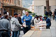 Des refugies attendent devant la gare de Vintimille une distribution de nourriture effectué par la croix rouge Italienne et des benevole Francais venus en soutien. Le 24 Avril 2011 © Benjamin Girette/IP3 press