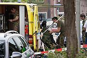 Een medewerker van de Explosieven Opruimingsdienst wordt geholpen met zijn pak in de Utrechste Schepenbuurt.Aan het Aakplein in Utrecht is een auto gevonden met mogelijk exposieven. De Explosieven Opruimingsdienst EOD onderzoekt de auto. Het bleek vals alarm.<br /> <br /> A car at the Aakplein in Utrecht probably has an explosion on board. The military unit is examining the car. It turned out to be false alarm.