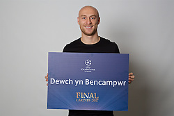 "CARDIFF, WALES - Monday, November 7, 2016: Wales' David Cotterill holds up a board ""Dewch yn Bencampwr"" to encourage people to become volunteers for the 2017 UEFA Champions League Final in Cardiff. (Pic by David Rawcliffe/Propaganda)"