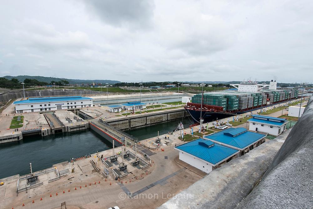 Canal de Panamá, Tránsito de del primer buque Cosco Shipping Panama por las exclusas de Agua Clara,  Colon, Panamá. 26-06-2016