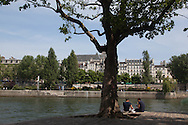 France. Paris. 4th district. people gathering on Saint louis island  quay, paris , france  / les gens se rassemblent a la pointe de l ile saint Louis,