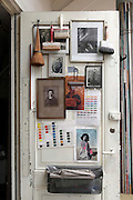 door inside an artist studio with various brushes and vintage family photo's, Amsterdam, Gerard DouStraat