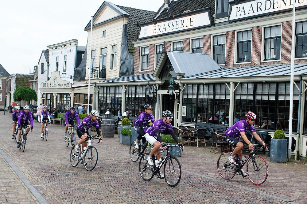 Een peloton wielrenners passeert de café's aan de Amstel bij Amstelveen.<br /> <br /> Cyclists are passing bars in Amstelveen.