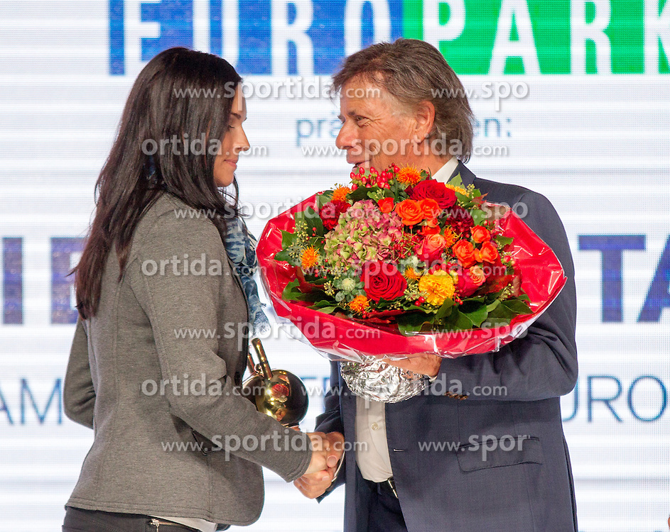 09.10.2015, Europapark, Salzburg, AUT, Praesentation der OeSV Winterkollektion, ??, im Bild v.l. Anna Fenninger, ÖSV-Präsident Peter Schröcksnadel // during Fashion Show of the Presentation of OeSV winter collection of Austrian Ski Federation OeSV at the Europapark in Salzburg, Austria on 2015/10/09. EXPA Pictures © 2015, PhotoCredit: EXPA/ Johann Groder
