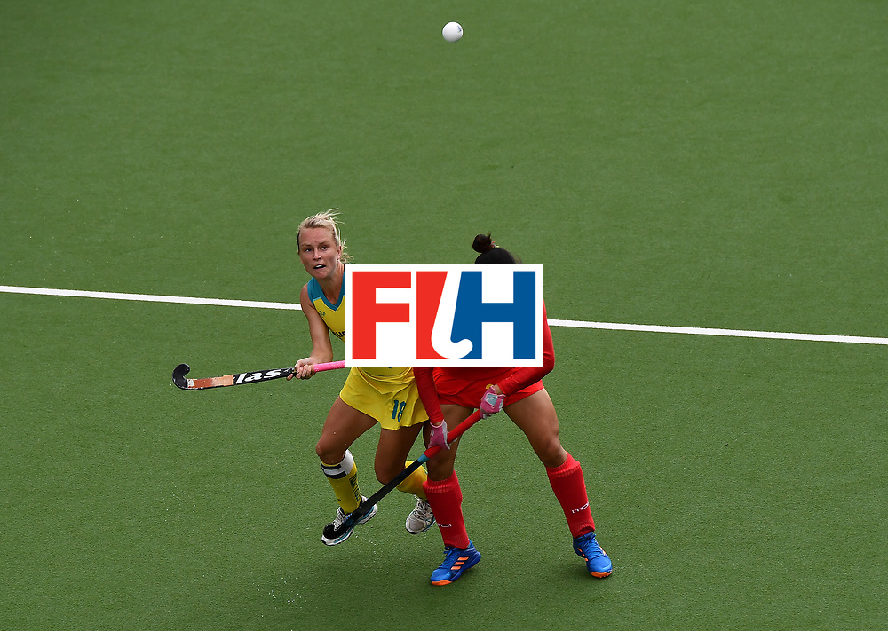 BRUSSELS, BELGIUM - JUNE 29: Renee Taylor (L) of Australia and Qian Yu (R) of China during the Fintro Hockey World League Semi-Final quarter final playoff game between Australia and China on June 29, 2017 in Brussels, Belgium. (Photo by Charles McQuillan/Getty Images for FIH)