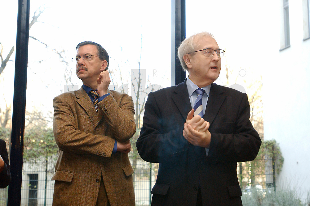 02 DEC 2002, BERLIN/GERMANY:<br /> Walter Doering (L), FDP Landesvorsitzender, und Wirtschaftsminister Baden-Wuerttemberg, und Rainer Bruederle (R), Stellv. FDP Bundesvorsitzender, vor Beginn der Sitzung FDP Bundesvorstand, Thomas-Dehler-Haus<br /> IMAGE: 20021202-01-012<br /> KEYWORDS: Rainer Br&uuml;derle, Walter D&ouml;ring