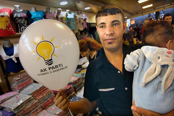 Turkije, Istanbul, 16-2011Verkiezingscampagne van de ak partij van de turkse premier Erdohan in Istanbul in de aanloop naar de verkiezingen voor het parlement op 16 juni. Een man houdt een zojuist gekregen ballon van de ak partij in zijn hand.Foto: Flip Franssen